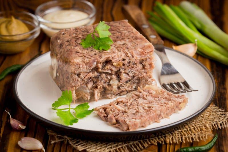 Gelatine con la carne, áspide de la carne de vaca, plato ruso tradicional, porción o foto de archivo libre de regalías