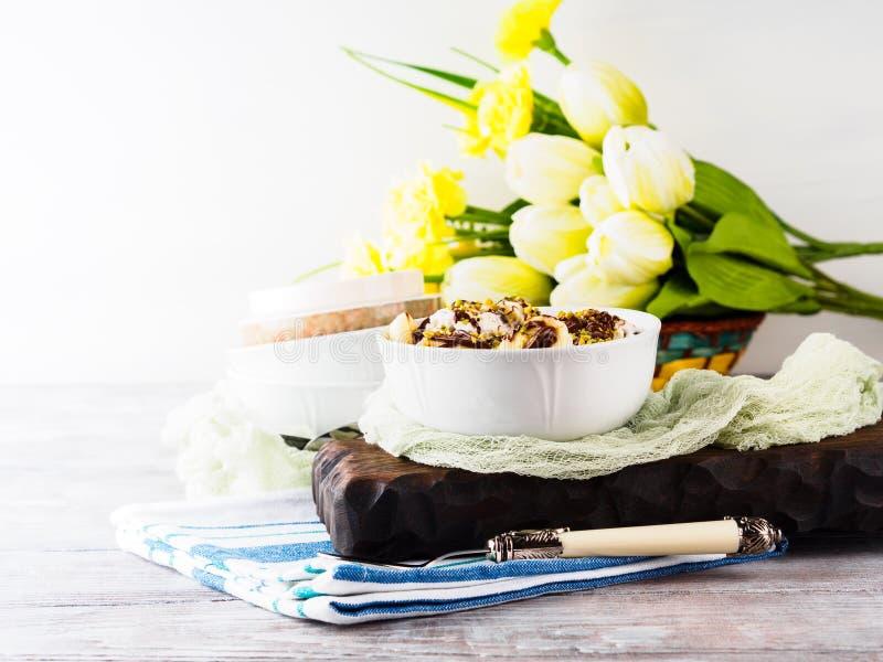 Gelato alla vaniglia con cioccolato servito in ciotola immagini stock libere da diritti