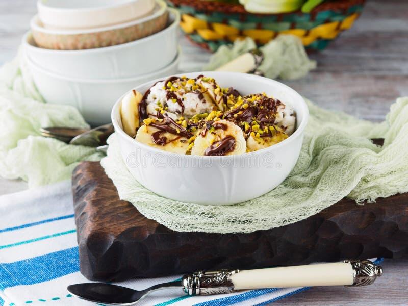 Gelato alla vaniglia con cioccolato servito in ciotola fotografia stock libera da diritti