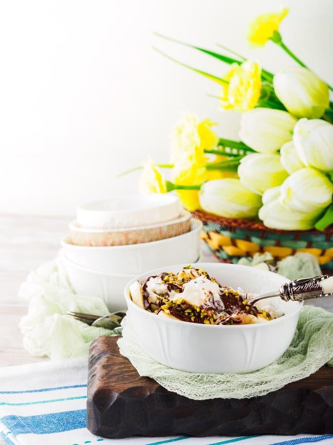 Gelato alla vaniglia con cioccolato servito in ciotola fotografia stock