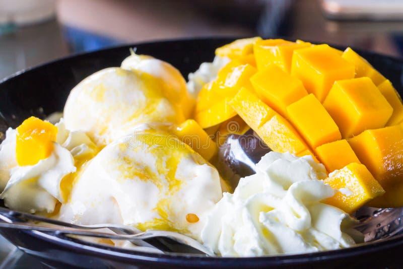 Gelato alla vaniglia con i manghi freschi fotografia stock