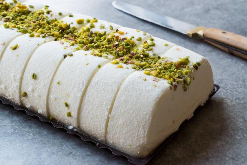Gelato alla vaniglia di Maras del turco con la polvere del pistacchio immagini stock libere da diritti