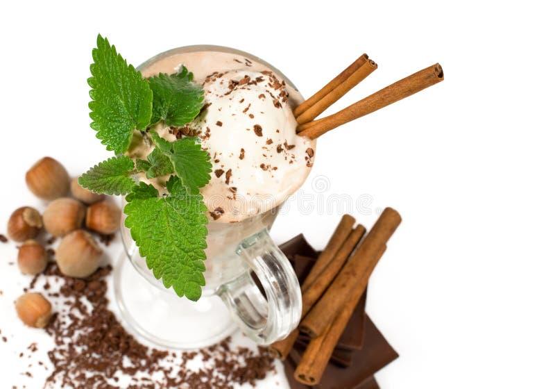Gelato con cioccolato e le noci fotografia stock libera da diritti
