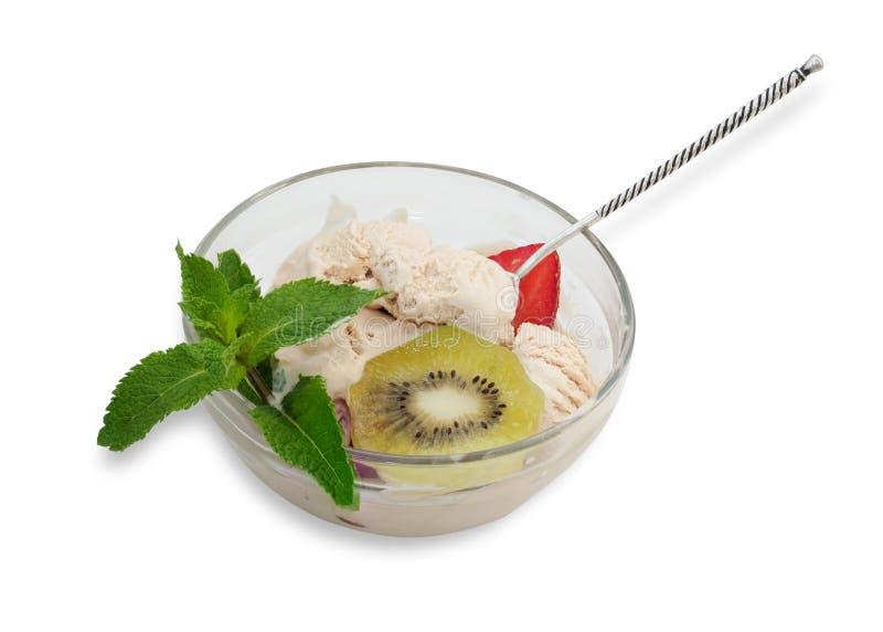 Gelato con il ramoscello delle fragole, del kiwi e della menta immagini stock