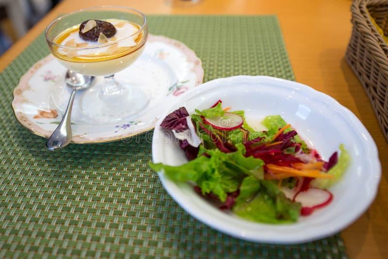 Gelato con insalata (insalata vaga) sulla tavola fotografia stock