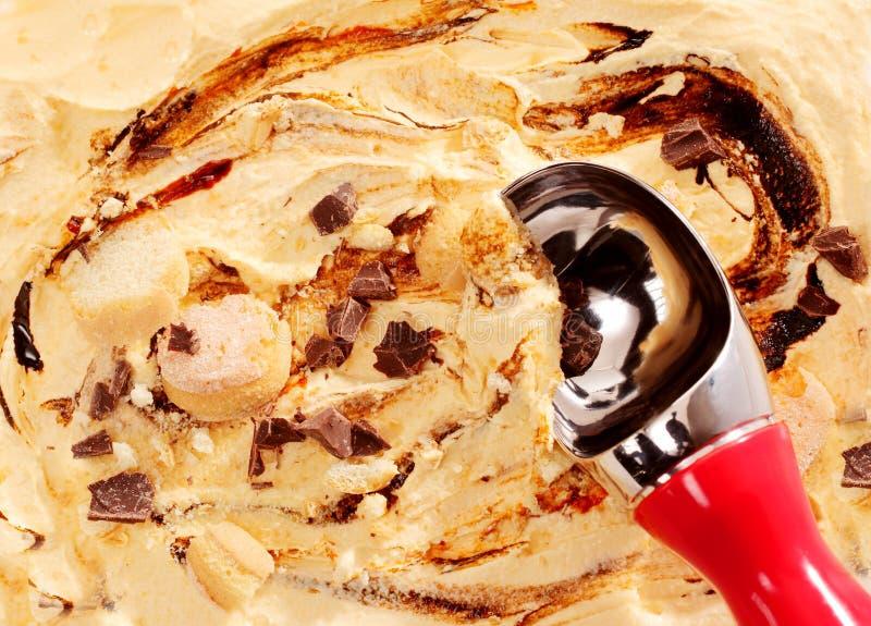 Gelato cremoso ricco del caramello con un mestolo fotografia stock libera da diritti