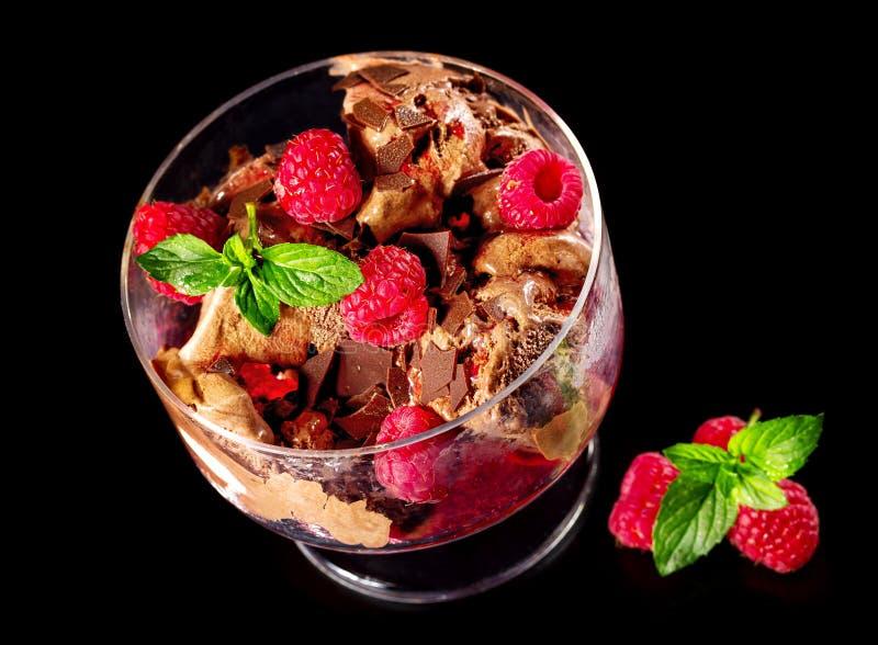 Gelato del cioccolato con i lamponi freschi immagini stock