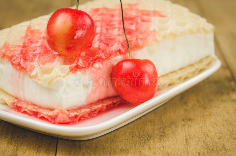 Gelato del wafer con la ciliegia ed il gelato wafer/dello sciroppo con la ciliegia e lo sciroppo Fuoco selettivo fotografia stock