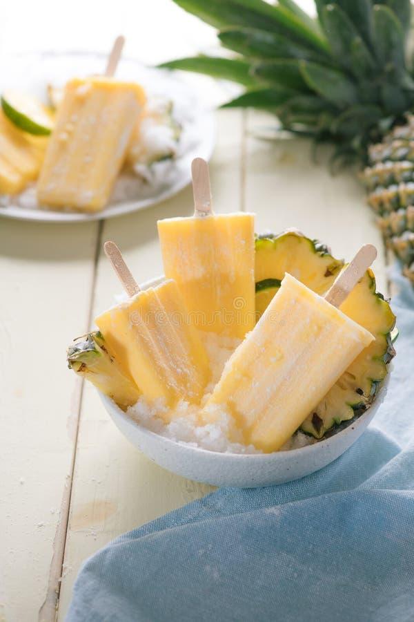 Gelato o ghiaccioli casalinghi dall'ananas decorato Vista superiore Polpa congelata della frutta Dolci di estate fotografia stock libera da diritti