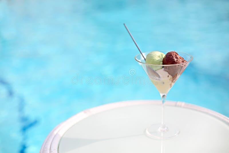 Gelato ou gelado na bacia de cristal pela associação fotografia de stock royalty free