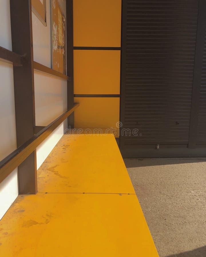 gelb Bushaltestelle in Russland lizenzfreies stockfoto