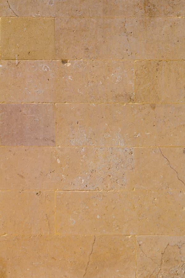 Gelb gealterter Sandsteinbacksteinmauerhintergrund stockfoto