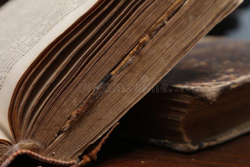 Gelb gefärbte Seiten des alten verfallenen Buches Altes Buch lizenzfreie stockfotografie