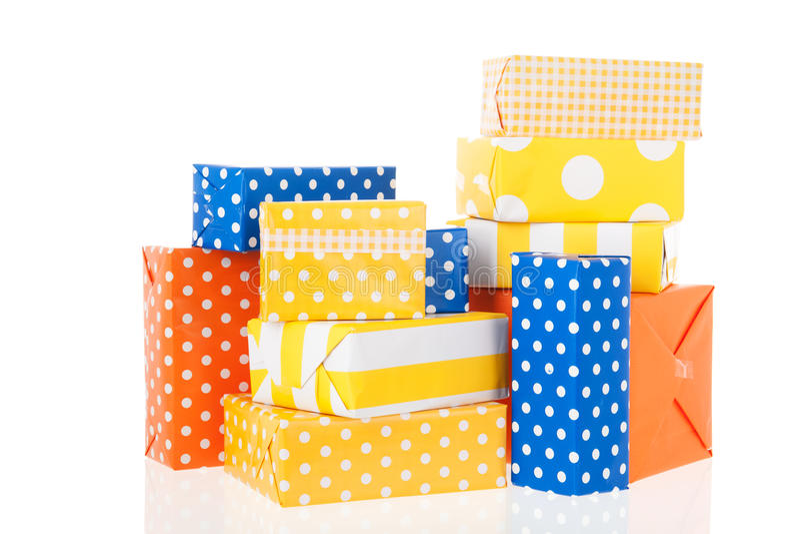 Gelb-orangee und blaue Geschenke stockbilder