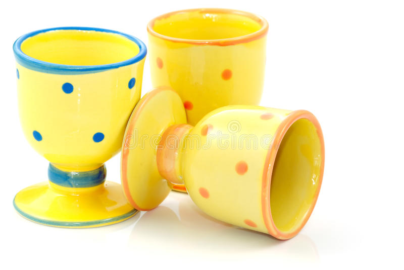 Gelb punktierte keramische Eierbecher   stockbilder
