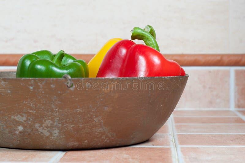 Gelb, Rot und grüne Paprikas lizenzfreies stockfoto