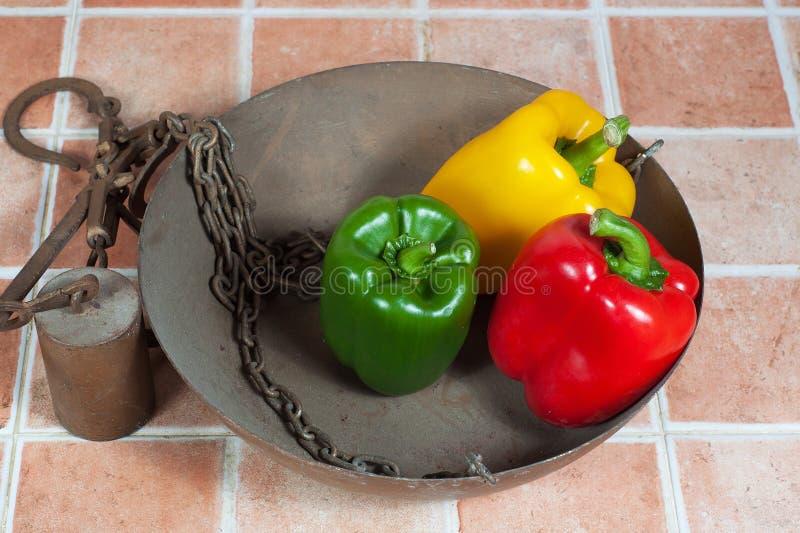 Gelb, Rot und grüne Paprikas lizenzfreie stockfotografie