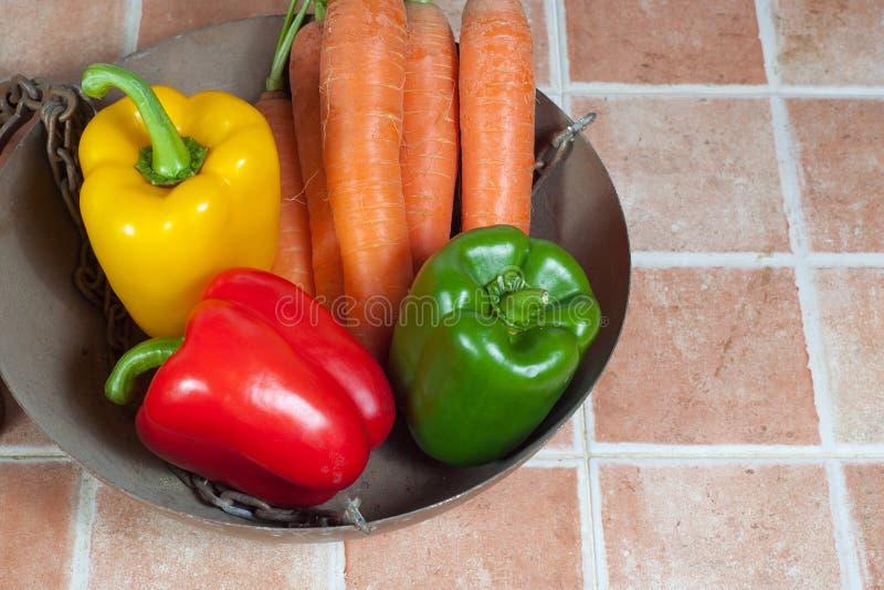 Gelb, Rot und grüne Paprikas und Karotten stockfotografie