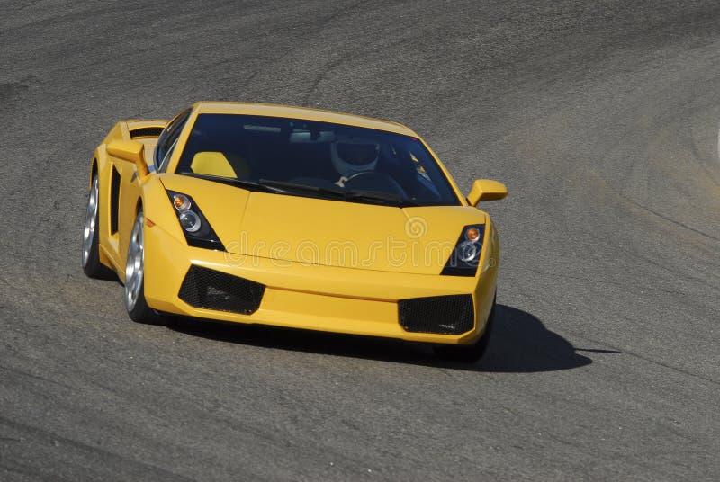 Gelb sportscar auf Bankkonto gehabter Spur stockfotografie
