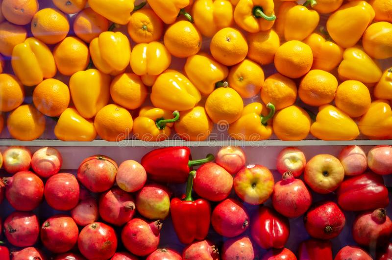 Gelb und Rot trägt Hintergrund Früchte stockfotos