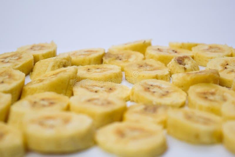 Gelbe Banane der nahen hohen Scheibe lokalisiert auf weißem Hintergrund stockfotos