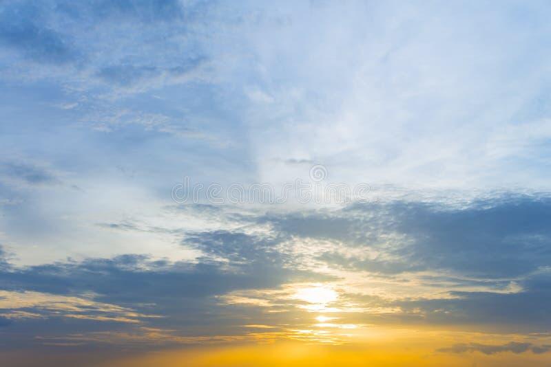 Gelbe Beleuchtung und hellblauer Himmel Sonnenunterganghimmel und Wolke Backgrou lizenzfreies stockfoto