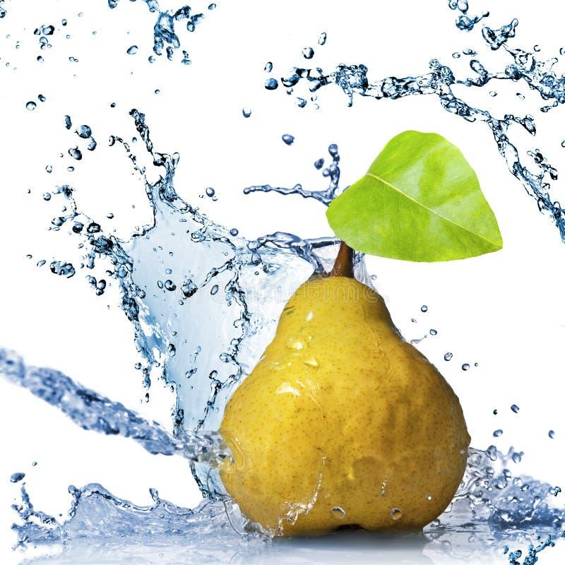 Gelbe Birne mit Blatt- und Wasserspritzen trennte stockfoto
