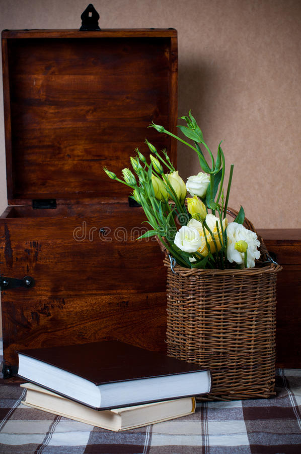 Gelbe Blumen in einem Weidenkorb stockbilder