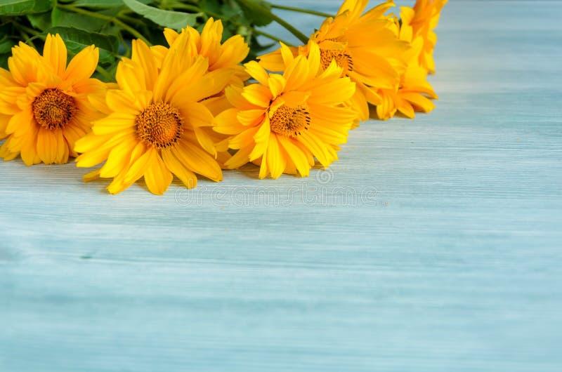 Gelbe Blumenzusammensetzung auf hölzernem Hintergrund Frühling, Ostern, bithday lizenzfreies stockfoto