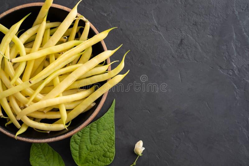 Gelbe Bohne, organisches Gemüse vom Landwirtmarkt, frische Bohnen des Bauernhofes auf Platte, Konzept des strengen Vegetariers Na lizenzfreies stockfoto