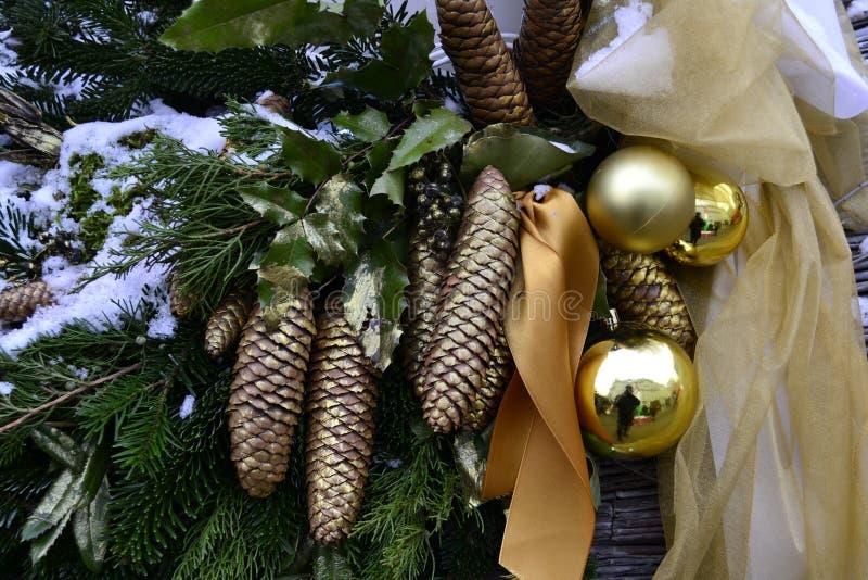Gelbe Christbaumkugeln, Kegel und Schnee lizenzfreie stockbilder
