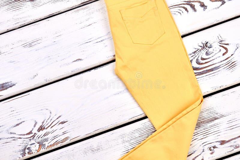 Gelbe dünne Hose der Mädchen Baumwoll stockbilder