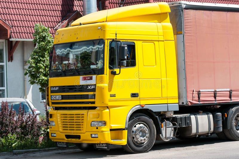 Gelbe DAF-LKW-Aufwartung lizenzfreie stockfotos