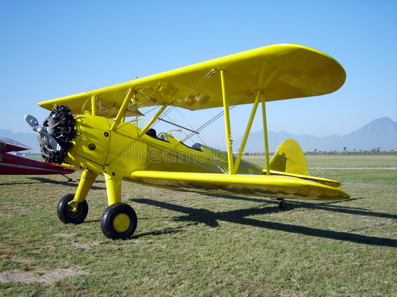 Gelbe Doppeldecker Flugzeuge lizenzfreies stockbild