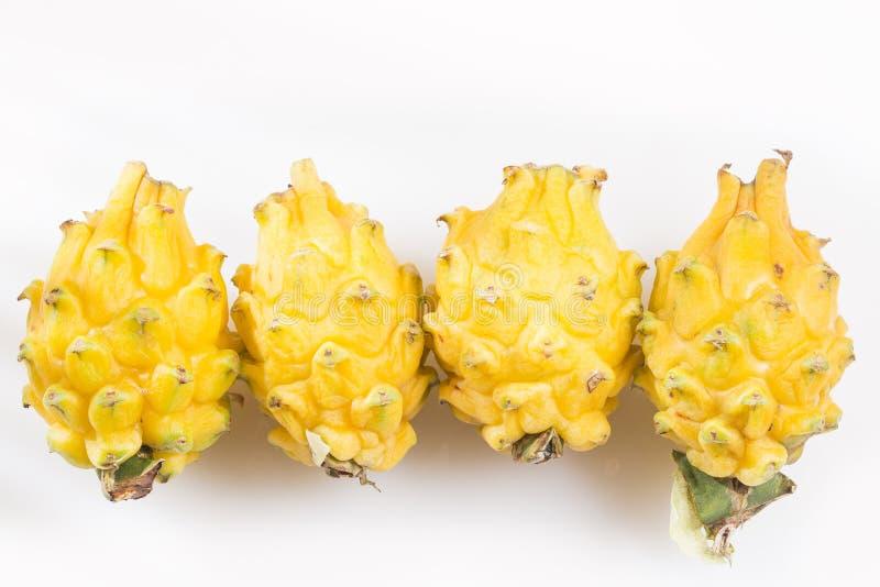 Gelbe Drachefrucht und sein Abschnitt lokalisiert auf weißem Hintergrund - Selenicereus megalanthus lizenzfreie stockfotografie