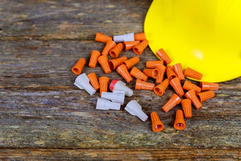 Gelbe Drahttorsion conectors auf einem hölzernen Hintergrund stockfotografie