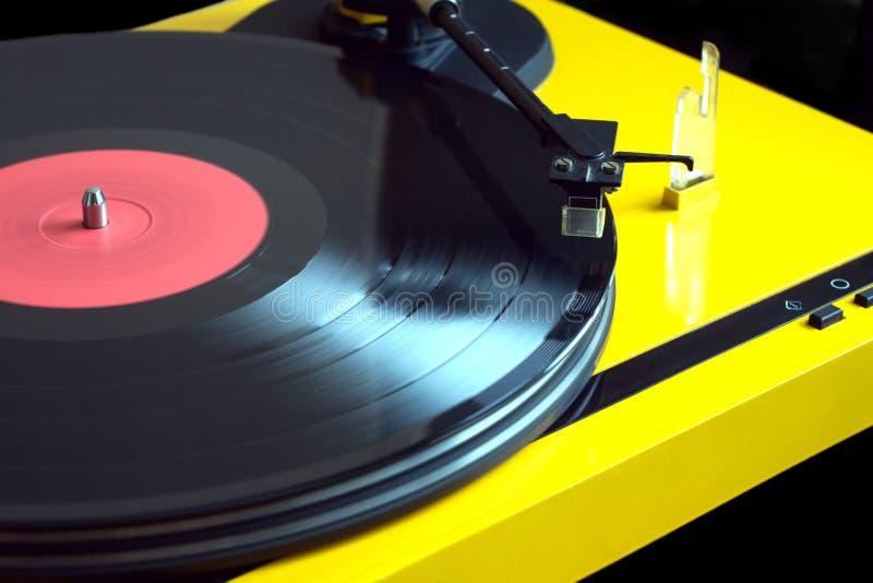 Gelbe Drehscheibe der Weinlese spielt Vinylaufzeichnungsnahaufnahme stockfotografie