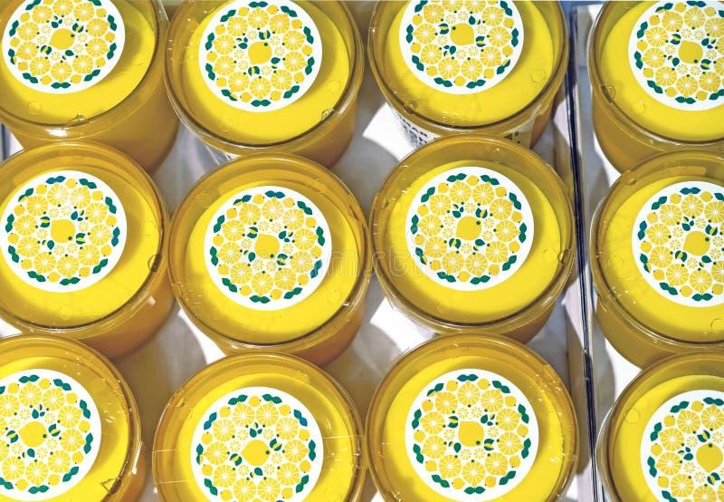 Gelbe duftende Kerzen auf der Theke lizenzfreie stockbilder