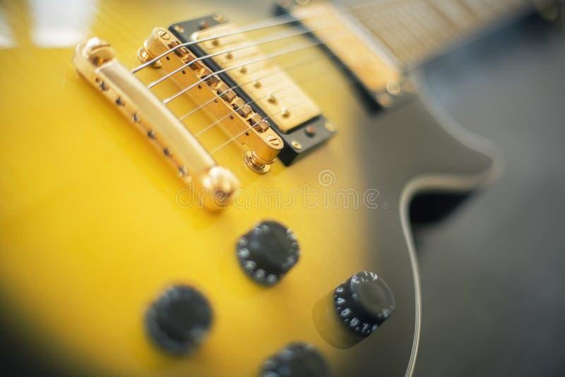 Gelbe elektrische Gitarre stockbild