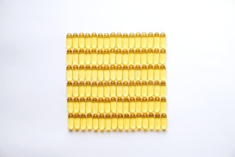 Gelbe Ernährungsergänzungspillen voll von Omega 3 Fettsäuren stockfoto
