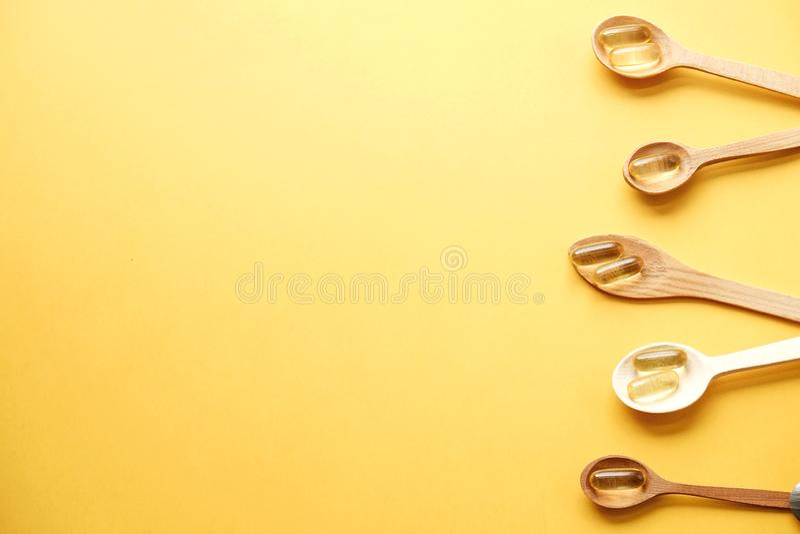 Gelbe Ernährungsergänzungspillen voll von Omega 3 Fettsäuren lizenzfreies stockbild