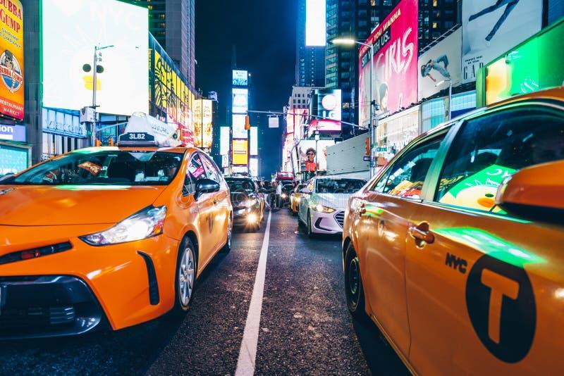 Gelbe Fahrerhäuser im Times Square stockfotografie