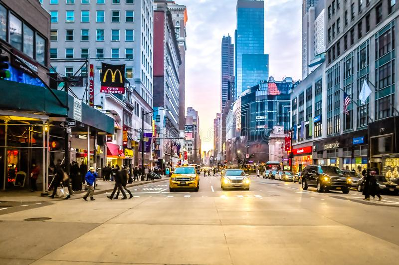 Gelbe Fahrerhäuser am Lower Manhattan-Verkehr bei Sonnenuntergang in NYC, USA lizenzfreies stockbild