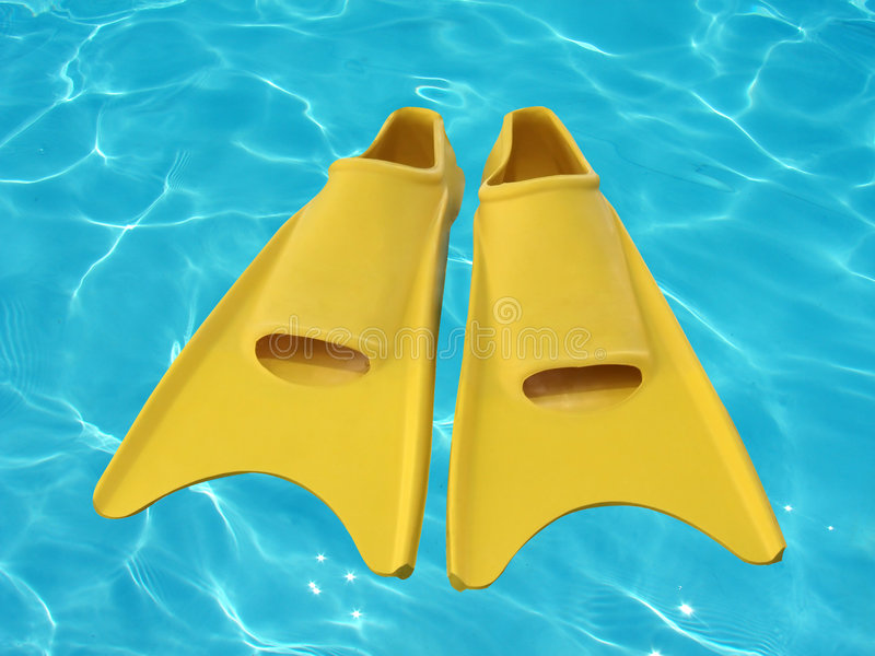 Gelbe Flipper auf blauem Wasser stockfoto