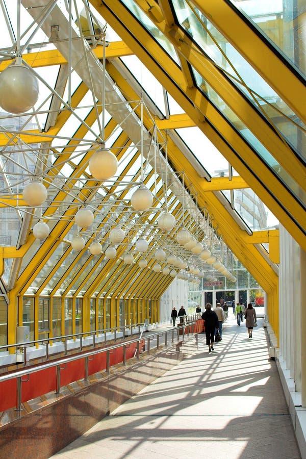 Gelbe Flurfenster und -leute stockbilder