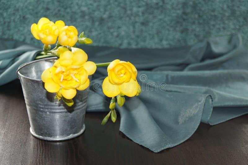 Gelbe Freesien und Seide stockbild