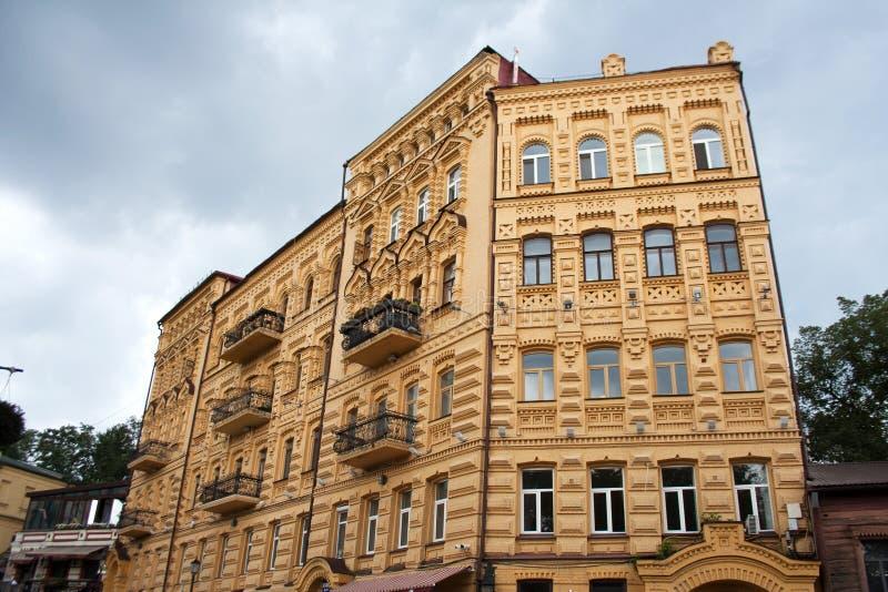 Gelbe Gebäudefassade herein in die Stadt stockfotos