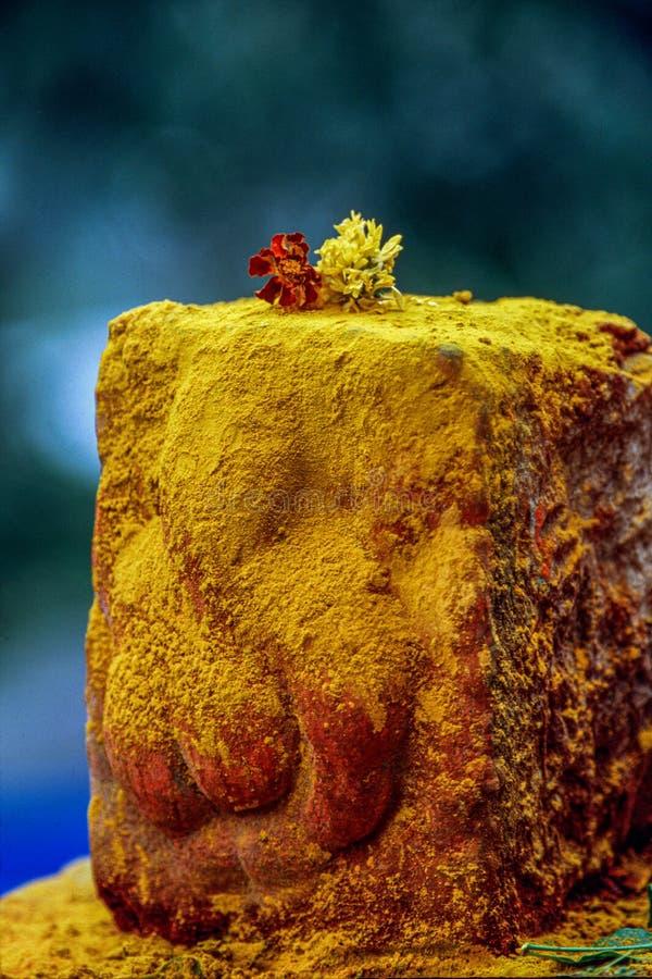 Gelbe Gelbwurz archivierte Ganesh, der auf Stein an Jejuri-Schrein nahe Pune-Maharashtra INDIEN geschnitzt wurde lizenzfreie stockfotos