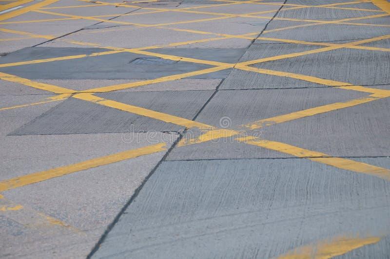 Gelbe gemalte Verkehrslinie Muster der Zusammenfassung auf Betonstra?estra?enhintergrund lizenzfreies stockfoto