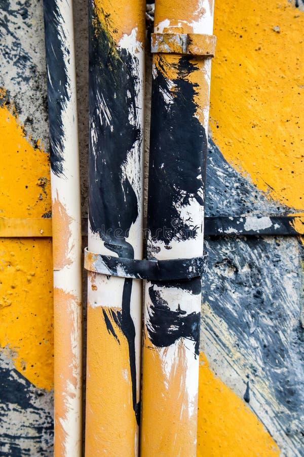 Gelbe gestreifte Fahrbahnmarkierungen auf schwarzem Asphalt lizenzfreie stockbilder